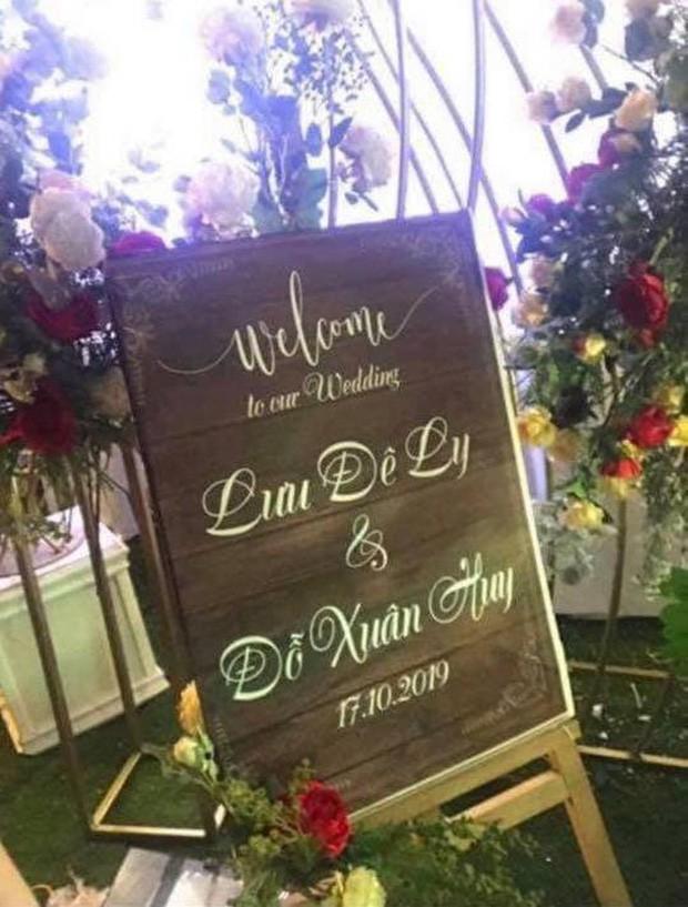 Dân mạng choáng váng trước thông tin Lưu Đê Li tổ chức đám cưới: Có rạp cưới dựng ở dưới nhà, bảng tên ghi cô dâu chú rể bị giấu đi? - Ảnh 5.