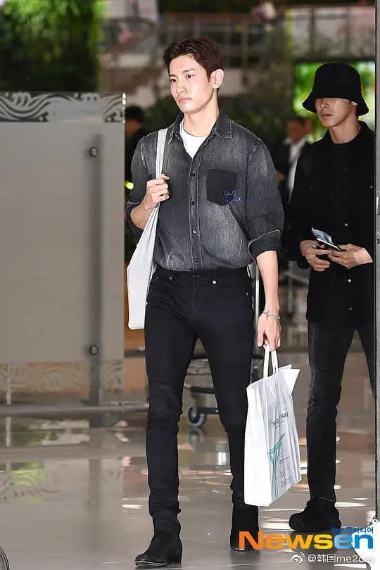 Giữa lúc người người vẫn còn thương tiếc trước sự ra đi của Sulli, Kai (EXO) bị chỉ trích vì không những mặc đồ màu hồng còn tươi cười   - Ảnh 5.