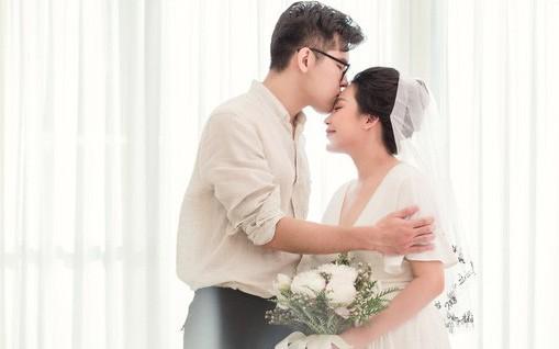 """Nhìn lại cuộc hôn nhân """"không giống ai"""" của nhà văn Gào: 10 năm sống cùng thị phi không đám cưới vẫn bền, chỉ cho tới khi mặc váy cô dâu, trao lời thề ước..."""