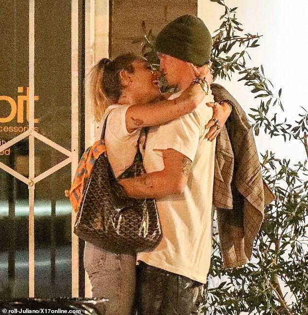 Liam Hemsworth tình tứ bên bạn gái mới, Miley Cyrus cũng không kém phần khi công khai khóa môi bạn trai kém tuổi ngay nơi công cộng - Ảnh 5.