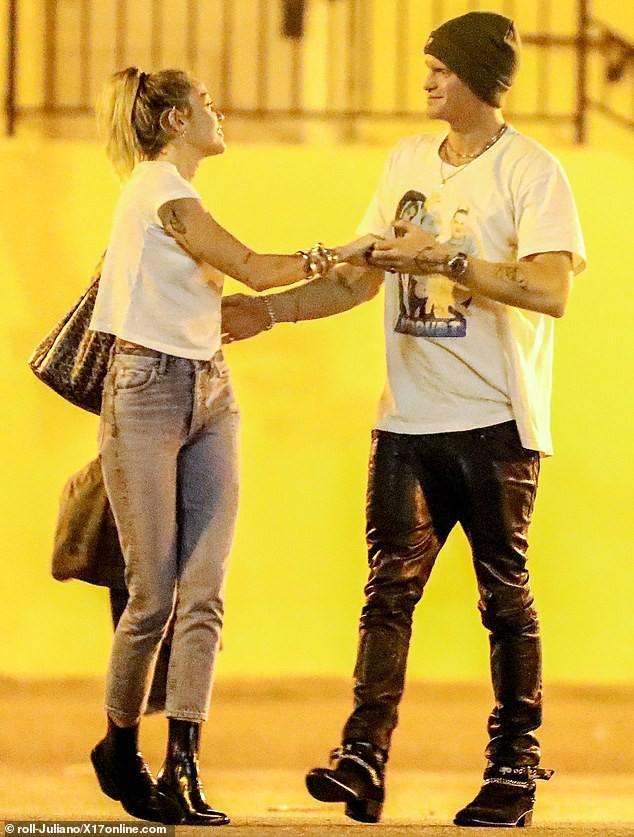 Liam Hemsworth tình tứ bên bạn gái mới, Miley Cyrus cũng không kém phần khi công khai khóa môi bạn trai kém tuổi ngay nơi công cộng - Ảnh 7.