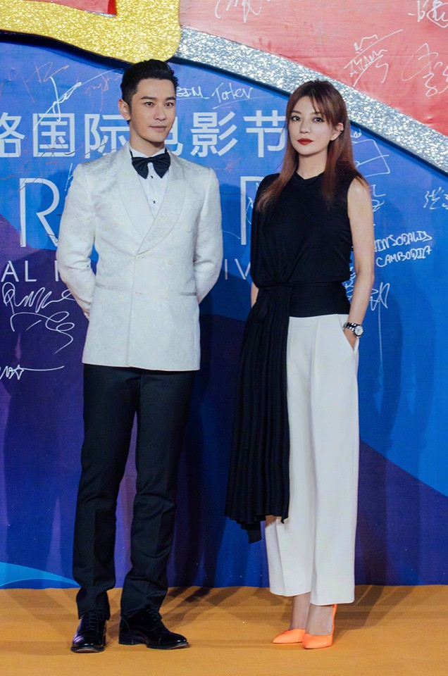 """Giữa tin đồn rạn nứt hôn nhân với Angelababy, Huỳnh Hiểu Minh sánh đôi bên """"mối tình đầu"""" Triệu Vy tỏa sáng tại Liên hoan phim Quốc tế Con đường tơ lụa năm 2019 - Ảnh 1."""