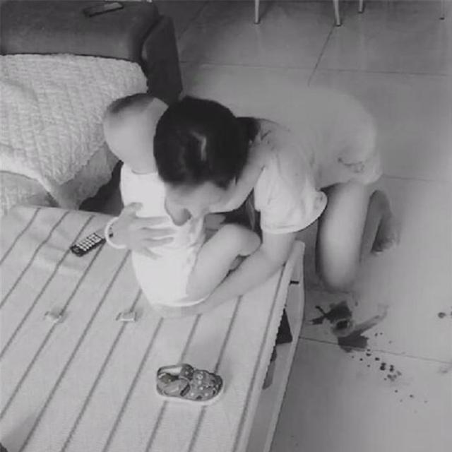 Lắp camera theo dõi vì nghĩ vợ lạnh nhạt với mình, chồng liền chứng kiến được cảnh tượng không thể đau lòng hơn - Ảnh 4.