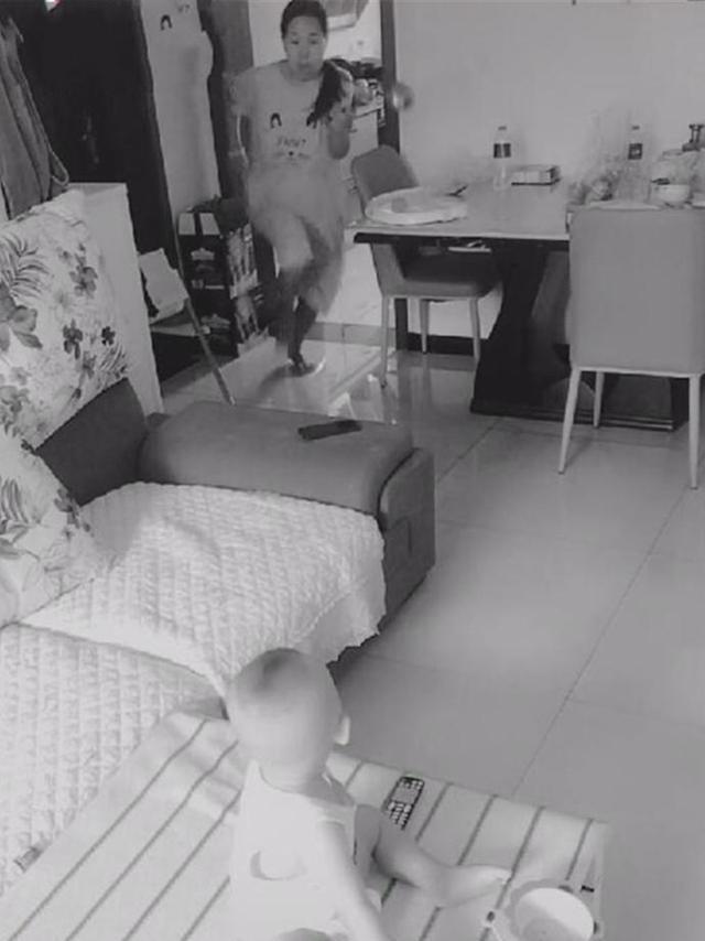 Lắp camera theo dõi vì nghĩ vợ lạnh nhạt với mình, chồng liền chứng kiến được cảnh tượng không thể đau lòng hơn - Ảnh 2.