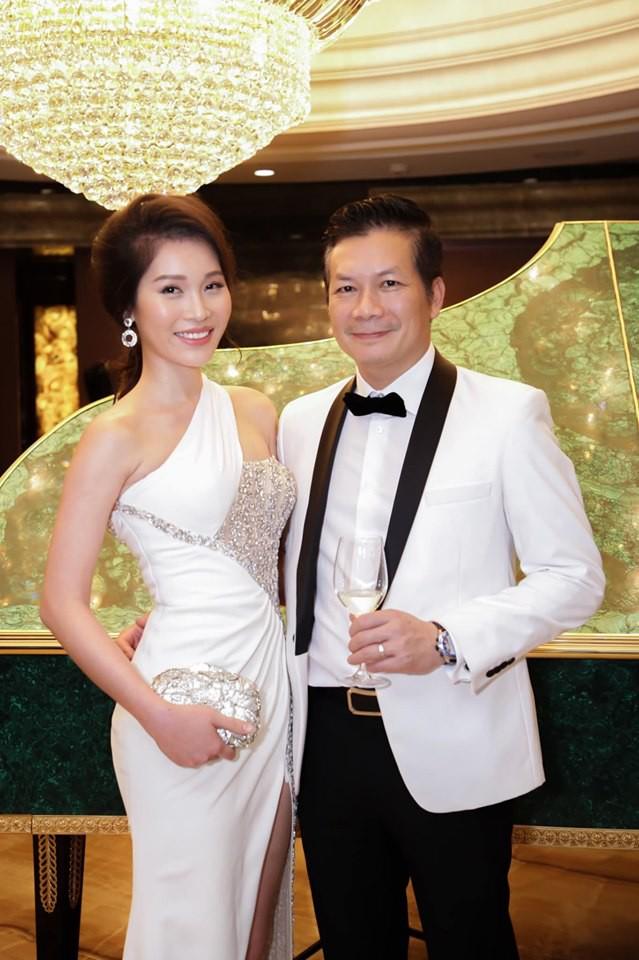 """Hiếm hoi mới đi dự sự kiện cùng chồng, bà xã Shark Hưng đẹp hút mắt với nhan sắc và body """"cực phẩm"""" - Ảnh 1."""