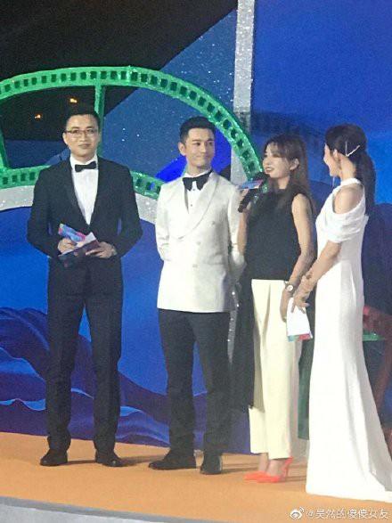 Giữa lùm xùm ly hôn Angelababy, Huỳnh Hiểu Minh nhìn đắm đuối tình đầu Triệu Vy trên sân khấu - Ảnh 5.