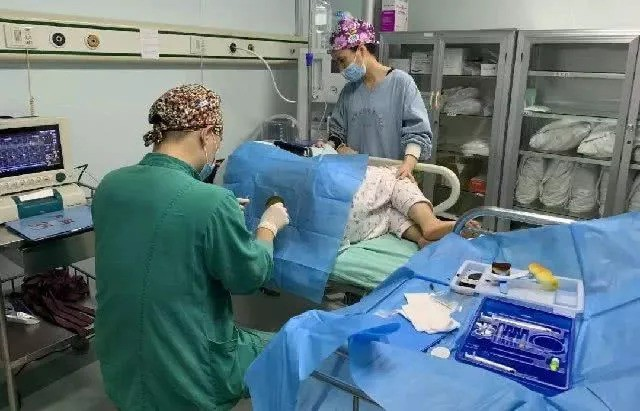 Sau sinh sản phụ đòi đi vệ sinh bác sĩ hoảng loạn bắt ký giấy phẫu thuật lần 2 - Ảnh 1.