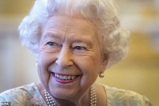 """Nữ hoàng Anh luôn trẻ trung, tươi tắn hơn nhiều so với tuổi 93, chuyên gia trang điểm tiết lộ """"thủ thuật"""" make up mà bà vẫn hay áp dụng để hack tuổi - Ảnh 6."""