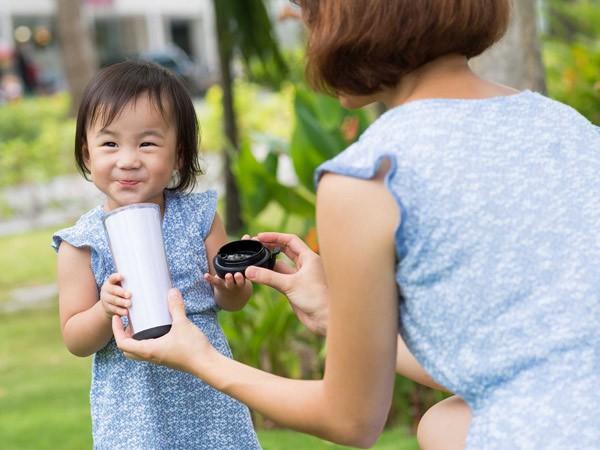 Bác sĩ nhi chỉ đích danh sai lầm nhiều cha mẹ mắc phải khi cho con uống sữa, tưởng có lợi mà hóa ra hại không tưởng - Ảnh 4.