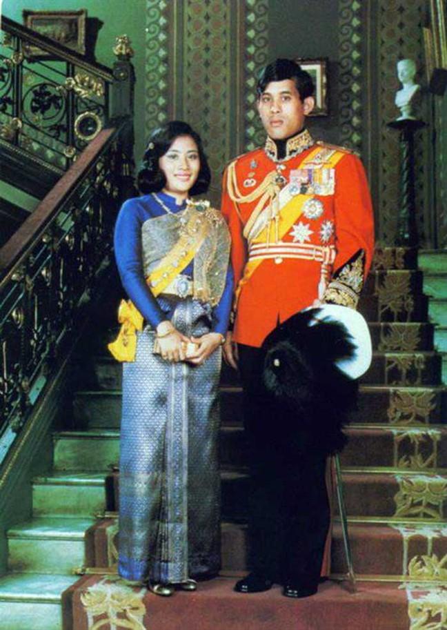 """Không chỉ ruồng rẫy ái phi vì tội bất trung, Quốc vương Thái Lan cũng thẳng tay """"trị"""" vợ cũ ngoại tình: Dán cáo thị khắp hoàng cung, trục xuất và từ mặt 4 con trai - Ảnh 1."""