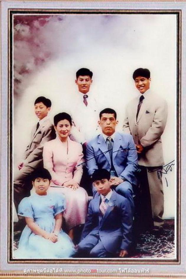 """Không chỉ ruồng rẫy ái phi vì tội bất trung, Quốc vương Thái Lan cũng thẳng tay """"trị"""" vợ cũ ngoại tình: Dán cáo thị khắp hoàng cung, trục xuất và từ mặt 4 con trai - Ảnh 6."""