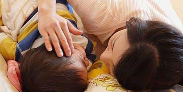 Mẹ đơn thân ngủ chung giường với con trai 15 tuổi , nửa đêm nghe được âm thanh này, người mẹ quyết định cho con ngủ riêng ngay lập tức - Ảnh 1.