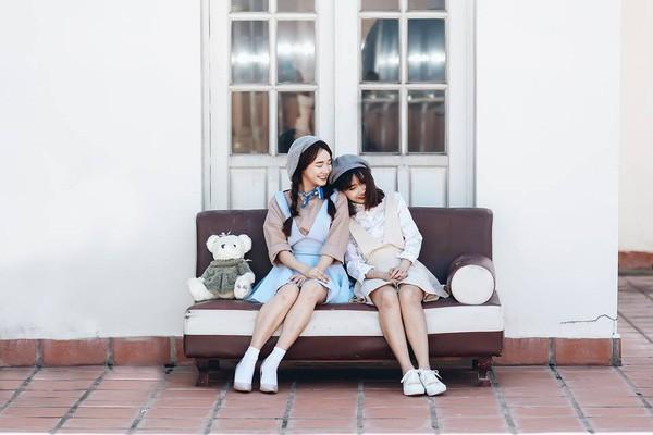 Chị em nhà Nhã Phương xinh đẹp vẹn toàn, còn chăm đọ sắc chung khung hình khi ăn vận và làm điệu giống hệt nhau - Ảnh 6.