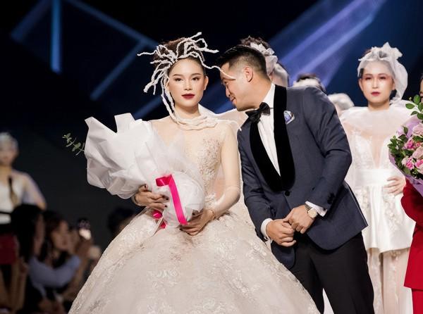 Chứng kiến bạn gái trở thành cô dâu, em chồng Hà Tăng có hành động nhìn buồn cười nhưng lại rất ngọt ngào với Linh Rin - Ảnh 3.