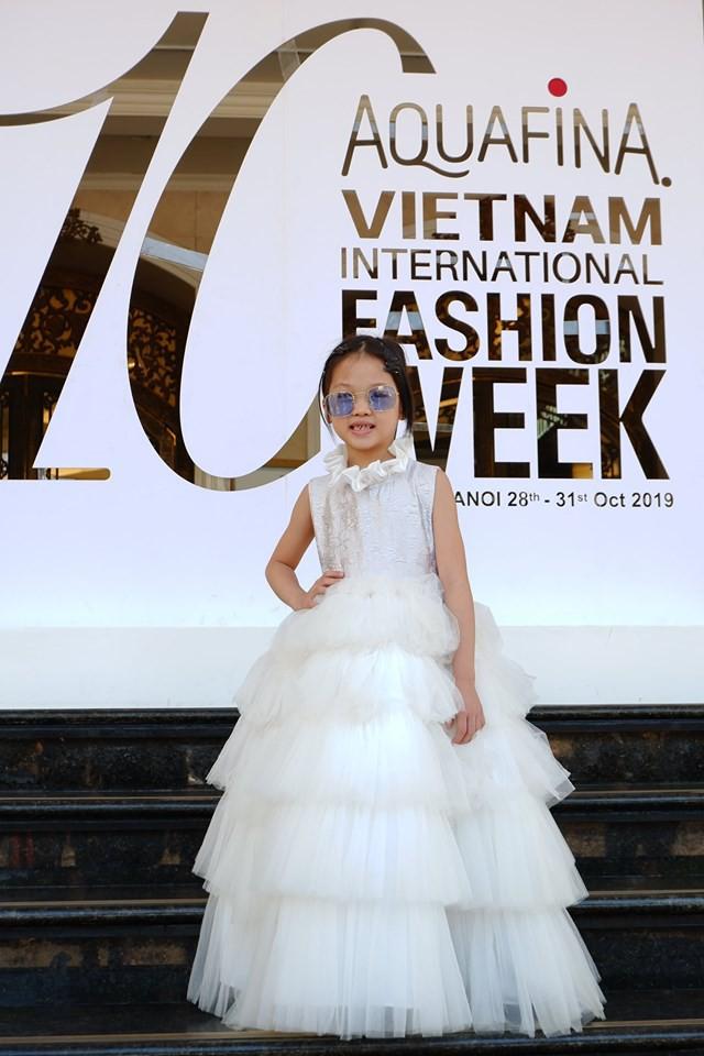 Bé gái từng gây bão  MXH với khả năng phối đồ cũ cực chất xuất hiện tại Tuần lễ thời trang, bất ngờ nhất chính là thần thái! - Ảnh 6.