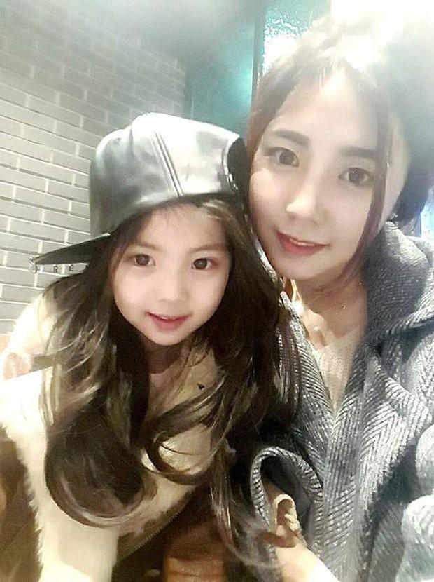 Bức ảnh chụp vội bé gái trong trung tâm thương mại cho thấy dáng tiểu mỹ nhân tương lai, nhìn sang mẹ em thậm chí còn choáng váng hơn - Ảnh 7.