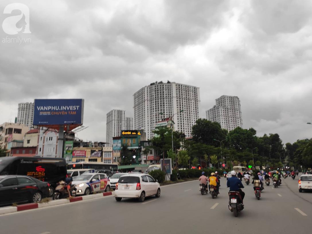 Hà Nội nổi dông bão sau 1 ngày mưa lớn - Ảnh 1.