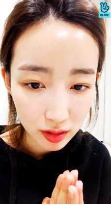 Nữ thần tượng Kpop bật khóc, chắp tay cầu xin fan cuồng sau khi để lộ số điện thoại thành viên chung nhóm trên livestream - Ảnh 4.