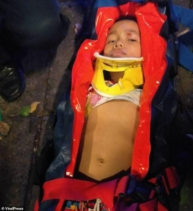 Ở nhà 1 mình, bé trai 4 tuổi trèo qua lan can ban công nhà té ngã xuống đất từ độ cao 30m tạo nên cảnh tượng thót tim - Ảnh 3.