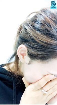 Nữ thần tượng Kpop bật khóc, chắp tay cầu xin fan cuồng sau khi để lộ số điện thoại thành viên chung nhóm trên livestream - Ảnh 2.