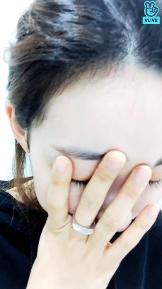 Nữ thần tượng Kpop bật khóc, chắp tay cầu xin fan cuồng sau khi để lộ số điện thoại thành viên chung nhóm trên livestream - Ảnh 3.