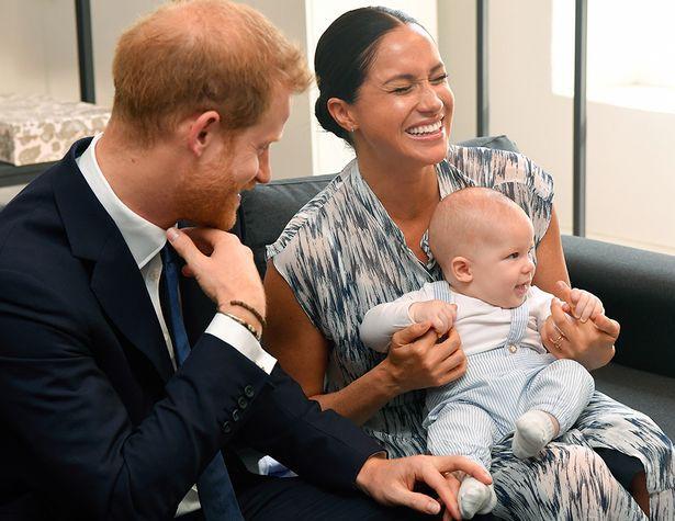 Công nương Kate đau đầu với vụ lùm xùm mới của gia đình vì cha mẹ đẻ kiếm tiền từ con trai của Meghan Markle - Ảnh 2.