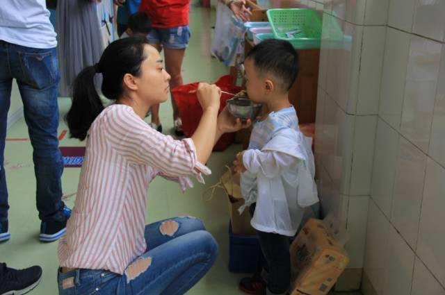"""Con trai 4 tuổi đi học mẫu giáo sụt 3 cân sau nửa tháng, người mẹ tức giận """"hỏi tội"""" cô giáo nhưng bẽ mặt vì lý do - Ảnh 1."""