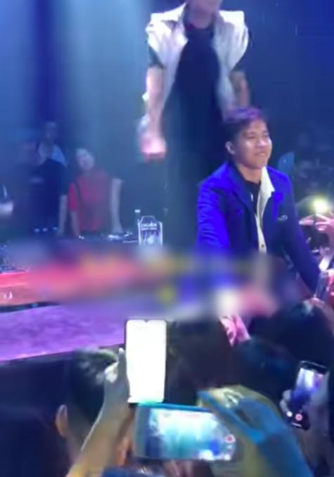 Bị fan nữ kéo tay mãi không buông, S.T Sơn Thạch phản ứng đầy bất ngờ - Ảnh 3.