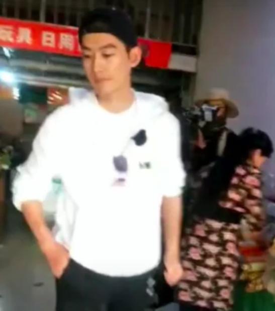 Trương Hàn tức giận, lạnh lùng giật điện thoại fan khi phát hiện bị quay lén - Ảnh 3.