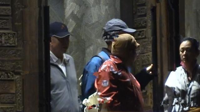 Hình ảnh đời thường hiếm hoi của vợ chồng đạo diễn Trần Khải ca - Trần Hồng cùng con trai xuất hiện trên đường phố Bắc Kinh - Ảnh 1.
