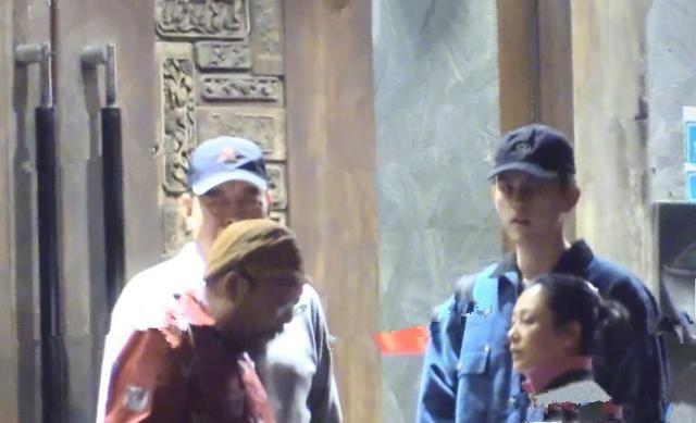 Hình ảnh đời thường hiếm hoi của vợ chồng đạo diễn Trần Khải ca - Trần Hồng cùng con trai xuất hiện trên đường phố Bắc Kinh - Ảnh 2.