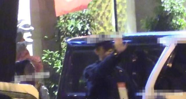Hình ảnh đời thường hiếm hoi của vợ chồng đạo diễn Trần Khải ca - Trần Hồng cùng con trai xuất hiện trên đường phố Bắc Kinh - Ảnh 3.