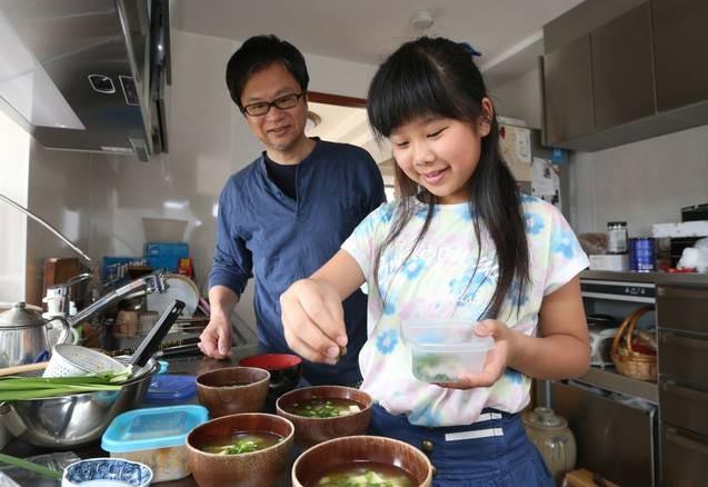 Bé gái 5 tuổi biết nấu ăn, làm việc nhà trước khi mẹ qua đời vì ung thư, giờ ra sao - Ảnh 11.