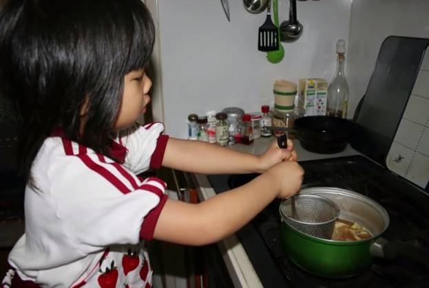 Bé gái 5 tuổi biết nấu ăn, làm việc nhà trước khi mẹ qua đời vì ung thư, giờ ra sao - Ảnh 1.