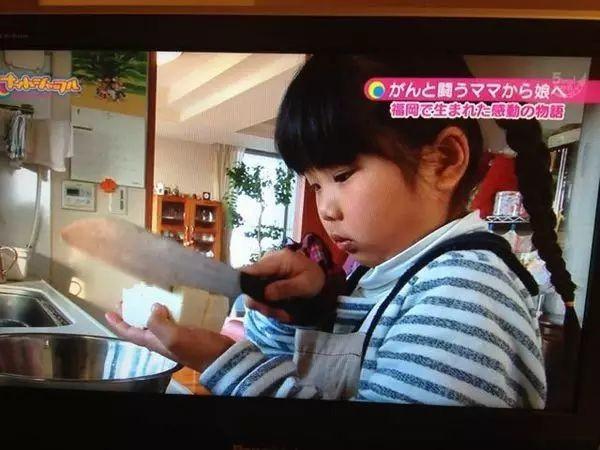 Bé gái 5 tuổi biết nấu ăn, làm việc nhà trước khi mẹ qua đời vì ung thư, giờ ra sao - Ảnh 8.