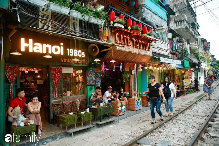 """Đến phố cafe đường tàu Phùng Hưng, nhâm nhi ăn gì uống gì ngồi chờ tàu cho hợp """"mốt""""? - Ảnh 1."""