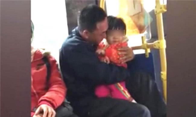 Ngồi cạnh hai bố con trên xe buýt, bà lão nghe đứa trẻ nói lên 3 từ này liền kinh hãi nhận ra sự thật đằng sau - Ảnh 1.
