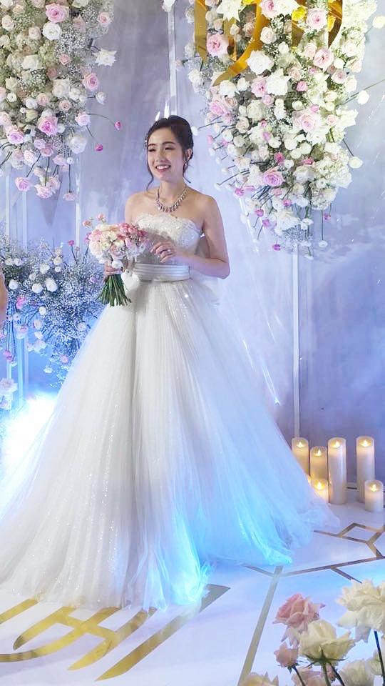 """Không rình rang như đám cưới Đông Nhi, Mie Nguyễn vẫn là cô dâu lộng lẫy, song nhan sắc của mẹ đẻ hot girl 9X mới thực sự """"phá đảo"""" - Ảnh 1."""