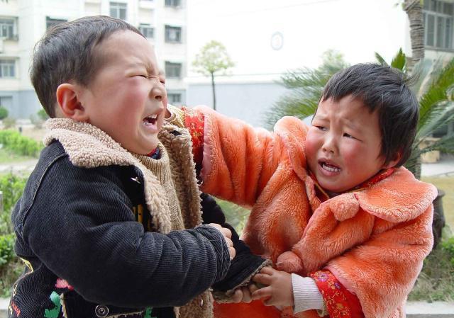 Con trai hung hăng đánh bạn, bà mẹ trẻ không nói gì, lẳng lặng làm 1 hành động khiến con sợ khiếp vía, ai chứng kiến cũng vỗ tay - Ảnh 2.