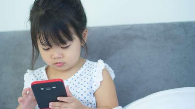 Dỗ cháu bằng cách cho xem hoạt hình trên điện thoại, ông bà vô tình khiến bé gái 3 tuổi gặp phải vấn đề về mắt nghiêm trọng - Ảnh 1.