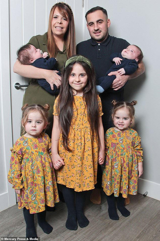 Bất chấp tỉ lệ hiếm hoi 1/700.000 người, bà mẹ hạ sinh thành công 2 cặp song sinh liên tiếp đẹp như tranh vẽ - Ảnh 1.