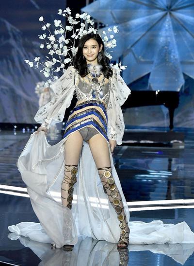 Cùng là thiên thần Victoria's Secret, trong khi Hề Mộng Dao thành công bước vào gia tộc hào môn thì Lưu Văn lại chưa hề trải qua mối tình nào - Ảnh 9.