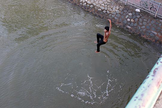 Con trai nhỏ đòi đi tắm sông, bố giả vờ đồng ý nhưng làm 1 hành động khiến con hốt hoảng, học được tính cẩn thận suốt đời - Ảnh 2.