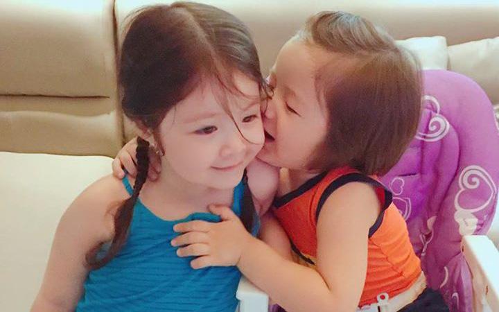 """""""Nhà chẳng có gì ngoài điều kiện"""" nhưng 2 con của Elly Trần lại chỉ thích chơi trò tốn 0 đồng hết sức đáng yêu thế này"""