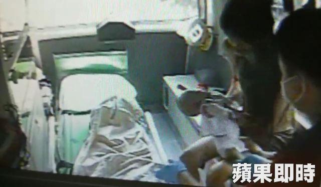 Mẹ đau đớn chứng kiến con gái 2 tháng tuổi qua đời, cảnh sát nghi ngờ nguyên nhân có liên quan đến anh trai 2 tuổi nằm kế bên - Ảnh 2.