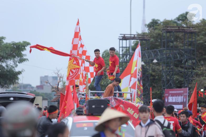 """Trước lúc bóng lăn trận Việt Nam và UAE, hàng ngàn cổ động viên đã """"phủ đỏ"""" các đoạn đường đến sân vận động Mỹ Đình - Ảnh 1."""
