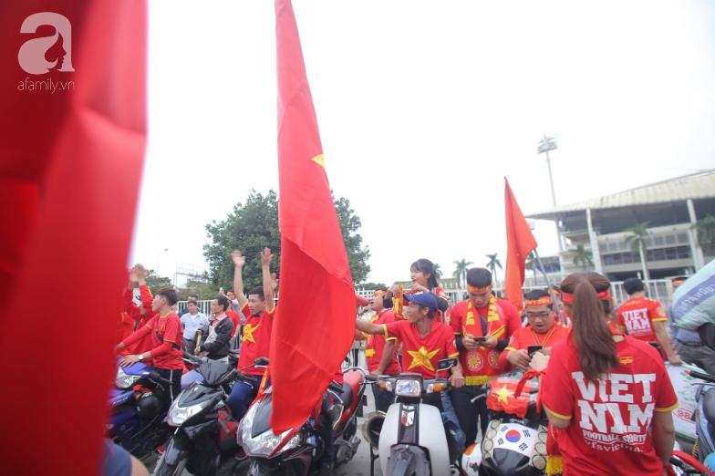 """Trước lúc bóng lăn trận Việt Nam và UAE, hàng ngàn cổ động viên đã """"phủ đỏ"""" các đoạn đường đến sân vận động Mỹ Đình - Ảnh 4."""
