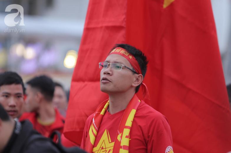 """Trước lúc bóng lăn trận Việt Nam và UAE, hàng ngàn cổ động viên đã """"phủ đỏ"""" các đoạn đường đến sân vận động Mỹ Đình - Ảnh 7."""