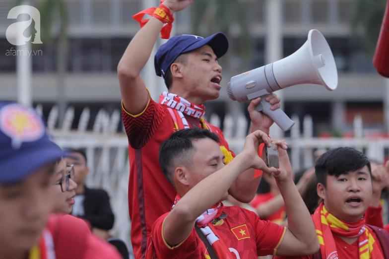 """Trước lúc bóng lăn trận Việt Nam và UAE, hàng ngàn cổ động viên đã """"phủ đỏ"""" các đoạn đường đến sân vận động Mỹ Đình - Ảnh 8."""