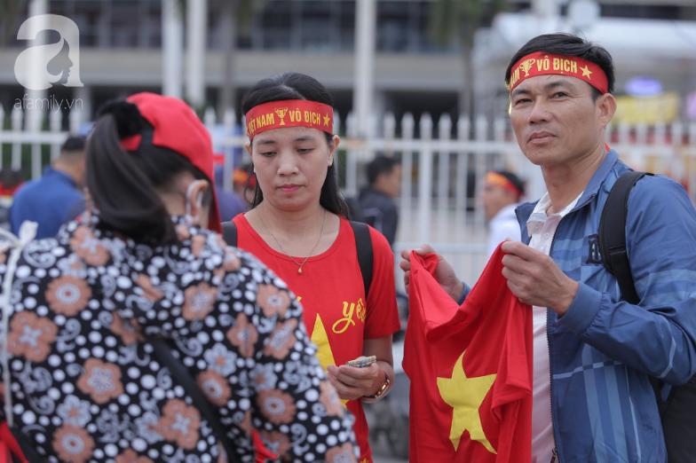 """Trước lúc bóng lăn trận Việt Nam và UAE, hàng ngàn cổ động viên đã """"phủ đỏ"""" các đoạn đường đến sân vận động Mỹ Đình - Ảnh 9."""